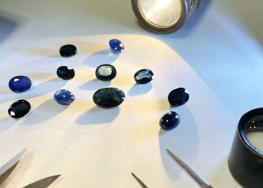 黒と紺の色合いにこだわったサファイアの片耳ピアス
