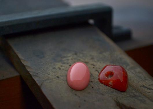 深紅とサーモンピンクの薔薇の花束をイメージした片耳ピアス