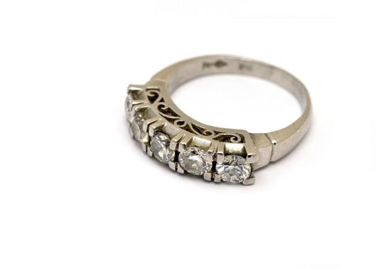 5粒のダイヤが浮いているように見えるゴールドリング