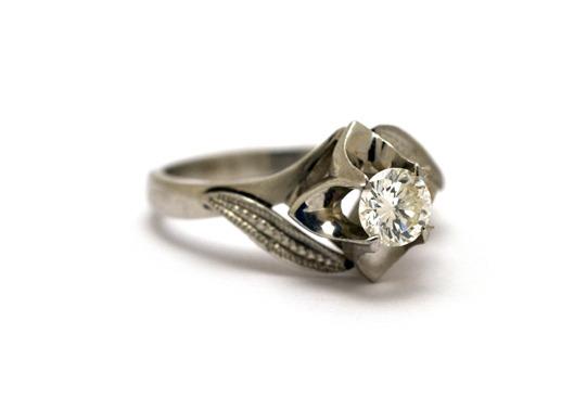 ダイヤがふわっ。こだわりのエンゲージリング