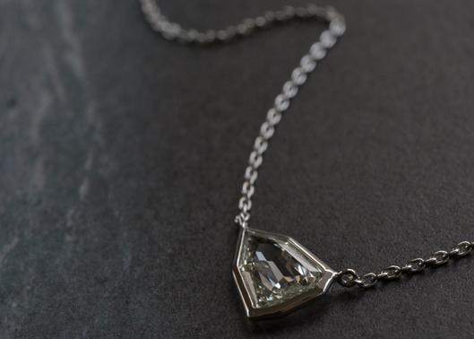 シールドブリリアントカットダイヤモンドのペンダント.jpg