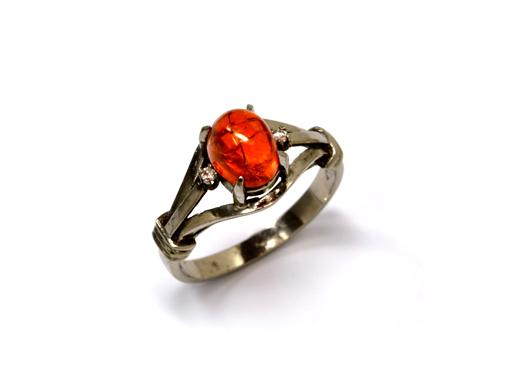 石を保護するデザインのリング