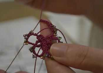 タティングレースで編みこみます